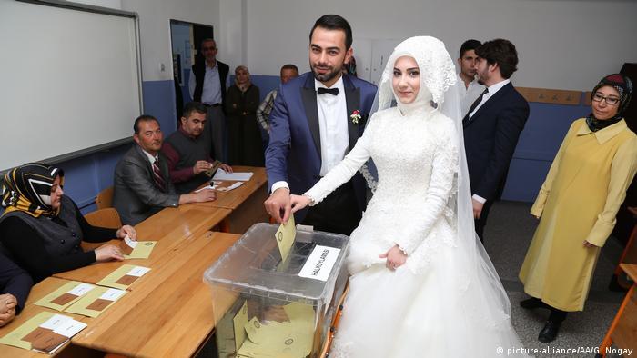 Türkei | Abstimmung über das Referendum (picture-alliance/AA/G. Nogay)