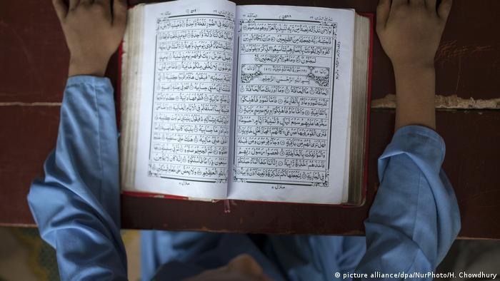 Bangladesch Kind lernt den Koran in Dhaka