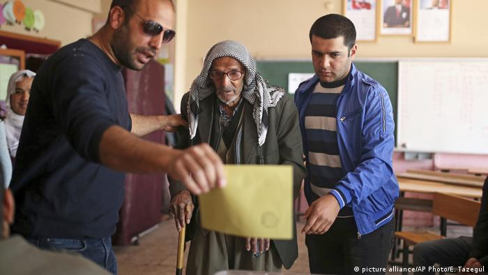 Türkei Referendum Wahllokal in Diyarbakır (picture alliance/AP Photo/E. Tazegul)