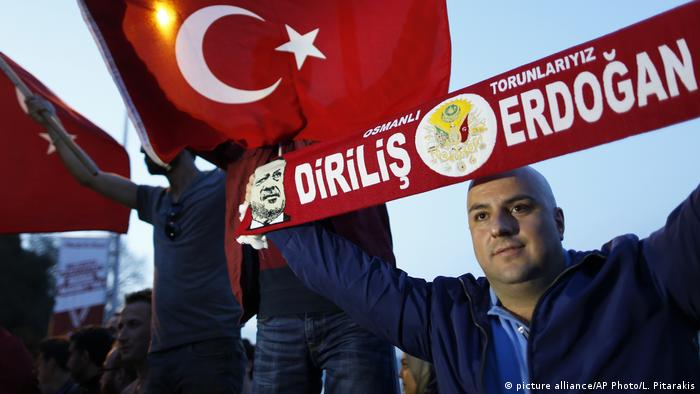Türkei Referendum | Jubel (picture alliance/AP Photo/L. Pitarakis)