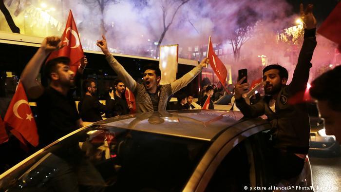 Türkei Regierung erklärt Sieg bei Referendum (picture alliance/AP Photo/P. Karadjias)