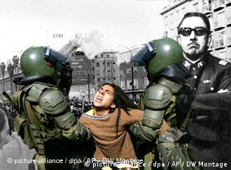 Montage: Generation, 89, Chile, Lateinamerika, Anti-Marxist women wave white handkerchiefs in Santiago, Chile, Sept. 5, 1973, as they demand the resignation of President Salvador Allende. (AP Photo) Riot police detain a demonstrator during a protest against the economic policies of the government of President Michelle Bachelet, in Santiago, Wednesday, Aug. 29, 2007. (AP Photo/Claudio Santana) ARCHIV - Der chilenische Diktator Augusto Pinochet (M)posiert zusammen mit Armee-Offizieren einige Tage nach seinem Putsch gegen die Regierung Allende in Santiago de Chile (Archivfoto aus dem Jahr 1973// dpa).