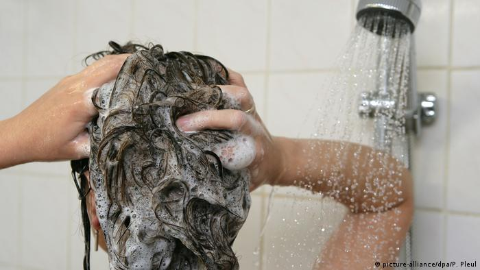 A person washing hair in shower (picture-alliance/dpa/P. Pleul)
