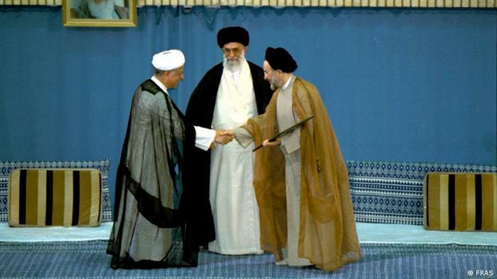 علی خامنهای، رهبر جمهوری اسلامی، در میان محمد خاتمی و اکبر هاشمی رفسنجانی، در مراسم تنفیذ حکم ریاست جمهوری خاتمی