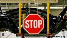 Die Karrosserie eines Opel Insignia schwebt am Mittwoch (03.12.2008) in der Produktion des neuen Mittelklassemodells im Opel-Werk in Rüsselsheim zur nächsten Station. Das Traditionsunternehmen mit Sitz in Rüsselsheim ist wegen der Krise seiner Mutter General Motors (GM) in Schwierigkeiten geraten. Opel hatte um staatliche Hilfen gebeten, weil seinem Mutterunternehmen das Aus droht. Der Autobauer bemüht sich um eine Bürgschaft von einer Milliarde Euro, an der sich neben Hessen auch der Bund und andere Länder beteiligen sollen. Foto: Arne Dedert dpa/lhe +++(c) dpa - Bildfunk+++