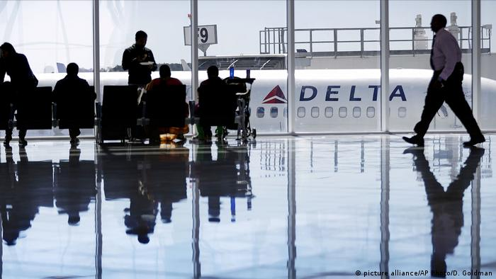 A Delta Air Lines jet sits at a gate in Atlanta (picture alliance/AP Photo/D. Goldman)
