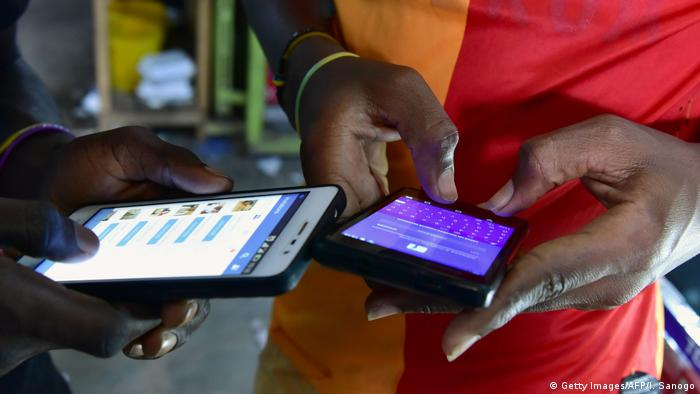 Afrika Facebook Nutzer Smartphone (Getty Images/AFP/I. Sanogo)