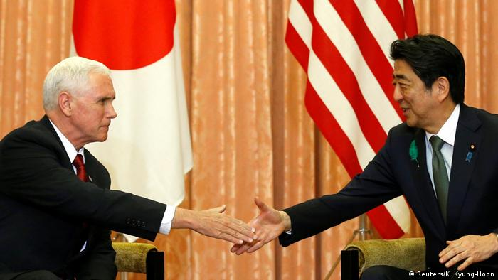 Japan Besuch Mike Pence Handschlag mit Abe
