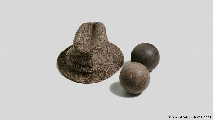 Konrad Adenauer's hat and boccia balls (Harald Odenahl/ KAS-ACDP)