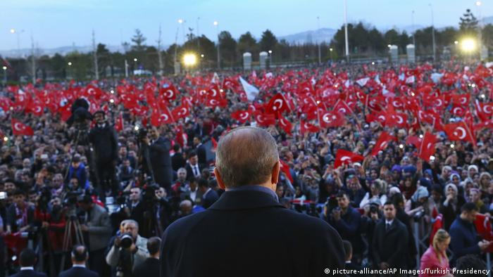 Türkei Ankara Rede Erdogan nach Referendum (picture-alliance/AP Images/Turkish Presidency)