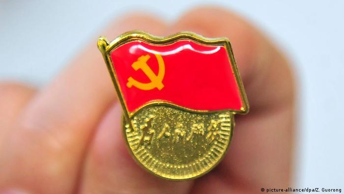 China Kommunistische Partei Logo Symbolbild (picture-alliance/dpa/Z. Guorong)