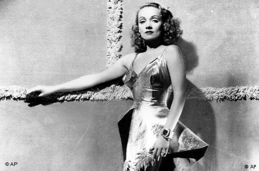 Marlene Dietrich steht vor Leinwand mit Kreuz (Foto: AP)