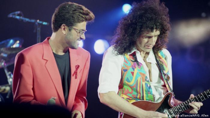 George Michael und Queen-Gitarrist Brian May auf der Bühne des Freddie Mercury Tribute Concert (picture-alliance/AP/G. Allen)