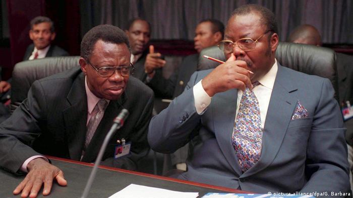 Nigeria's former oil minister (r) Dan Etete (picture-alliance/dpa/G. Barbara)