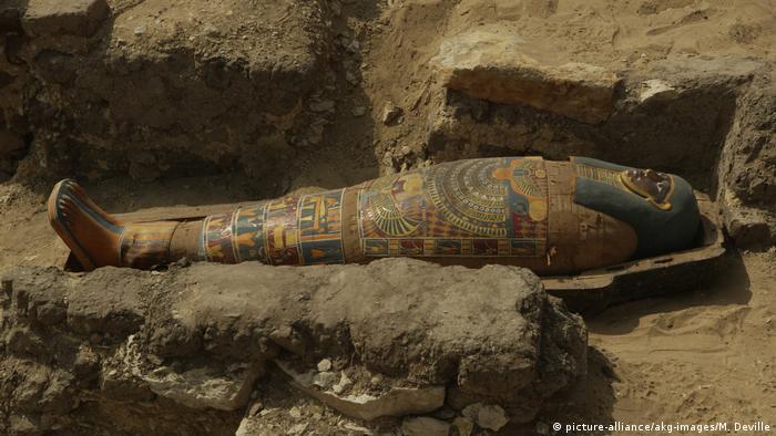 Ägypten Sakkara, Freilegung eines Sarges (picture-alliance/akg-images/M. Deville)