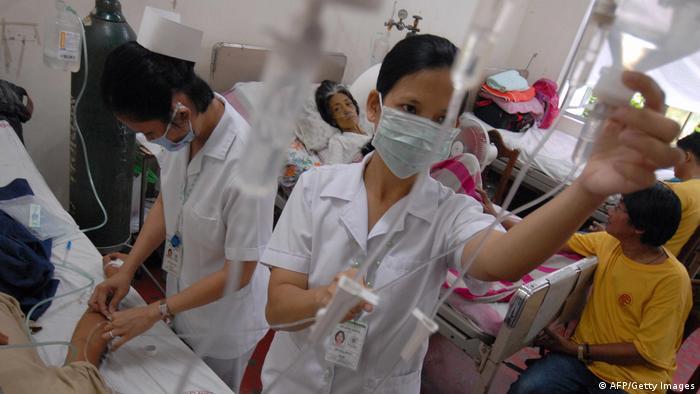 Dua perawat Filipina sedang melakukan infus pada pasien