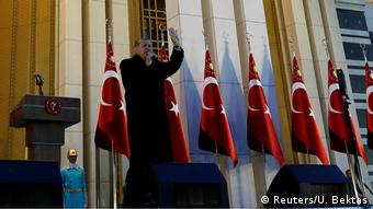 O διπλός ρόλος του πανίσχυρου προέδρου της Τουρκίας δυσχαιρένει την έγκριση μιας νέας συνταγματικής αναθεώρησης