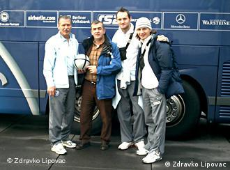 Balkanska ekipa iz Herthe: trener golmana, Bosanac Enver Marić, naš novinar Zdravko Lipovac, hrvatski branič Šimunić i srpski napadač Pantelić (s lijeva na desno)
