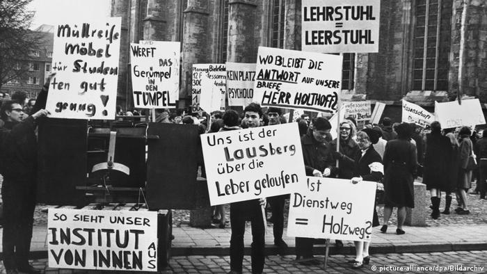 Deutschland Studentenprotest in Münster - 600 Studenten der Universität Münster, der Freien Universität Berlin und sechs weiteren deutschen Hochschulen protestieren am 1.Februar 1968 vor dem Schloß in Münster, dem Hauptsitz der Universität, gegen die Zustände am Psychologischen Institut der Uni Münster.