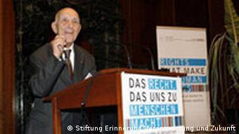 Stéphane Hessel im November 2008 in Nürnberg auf der Tagung Das Recht, das uns zu Menschen macht im Schwurgerichtsaal, in dem die Hauptkriegsverbrecher des NS-Regimes verurteilt wurden (Foto: Jan Zappner/Stiftung Erinnerung, verantwortung und Zukunft)