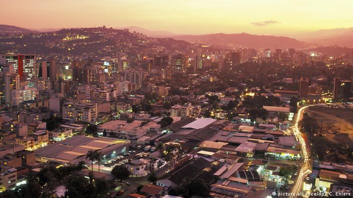 Venezuela Caracas in der Abenddämmerung