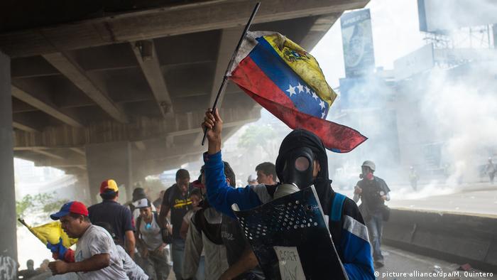 Venezuelanos vão às ruas em clima de tensão