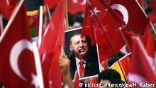 ARCHIV- Anhänger des türkischen Staatspräsidenten Erdogan halten am 31.07.2016 in Köln (Nordrhein-Westfalen) Fahnen. (zu dpa-Thema: Türkei Referendum Abstimmungsverhalten der Deutschtürken) Foto: Henning Kaiser/dpa +++(c) dpa - Bildfunk+++ | Verwendung weltweit