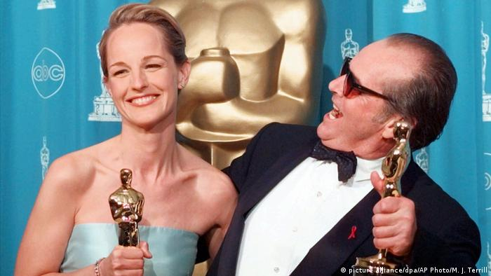 Jack Nicholson and Helen Hunt hold up their Oscars in 1998 (picture alliance/dpa/AP Photo/M. J. Terrill)