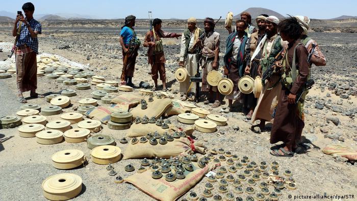 Jemen Milizen entfernen Landminen platziert von Houthi-Rebellen (picture-alliance/dpa/STR)