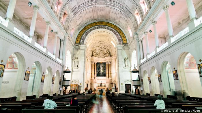Portugal, Leiria, Fatima: Gläubige in der Basilika des Heiligtums