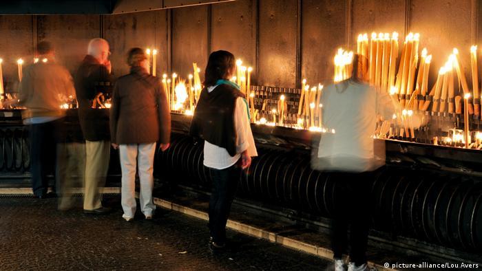Portugal: Wallfahrer beim Kerzenopfer auf dem Heiligtum in Fatima