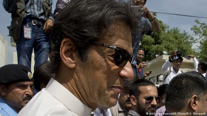 Pakistan Oppositionsführer Imran Khan vor Oberster Gerichtshof in Islamabad (picture-alliance/AP Photo/B.K. Bangash)