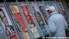 Symbolbild A man looks at campaign posters of the 11th candidates who run in the 2017 French presidential election in Enghien-les-Bains, near Paris, France April 19, 2017. REUTERS/Christian Hartmann