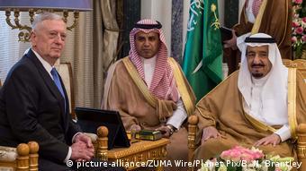 Saudi Arabien US-Verteidigungsminister Jim Mattis und König Salman ibn Abd al-Aziz in Riad