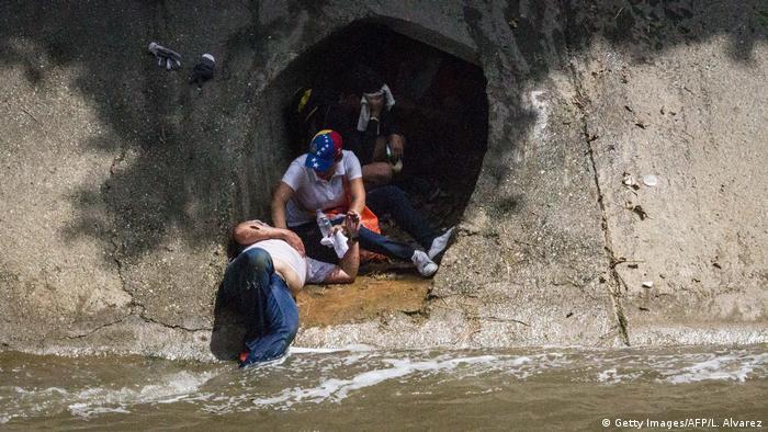 Двое демонстрантов укрываются в канализации