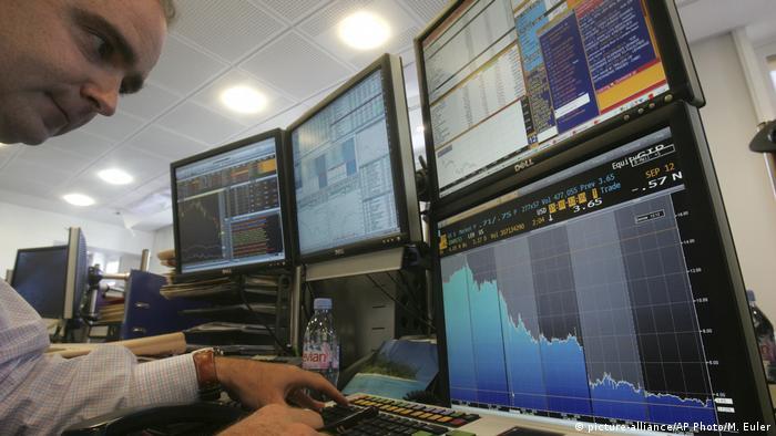 Paris Börsenhändler vor Kurs der Lehman Brothers (picture-alliance/AP Photo/M. Euler)