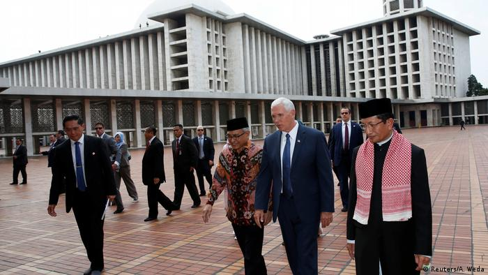 Indonesien US-Vizepräsident Mike Pence in der Istiqlal Moschee in Jakarta (Reuters/A. Weda)