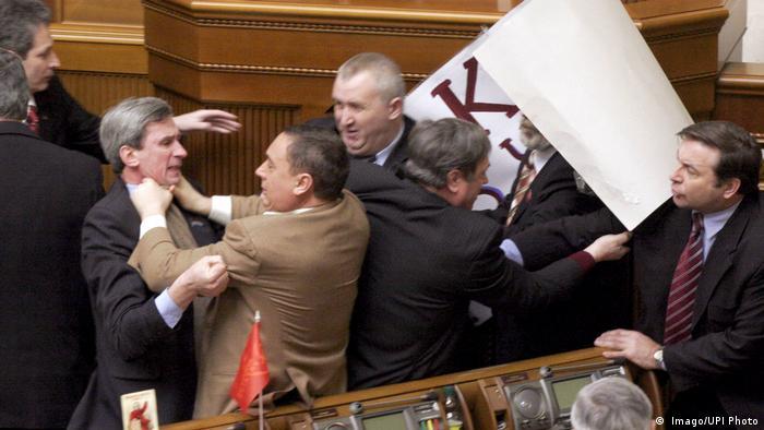 Микола Мартиненко (на фото - у світлому піджаку) був депутатом Верховної Ради майже 20 років. 2015 року він склав мандат через кримінальну справу в Швейцарії