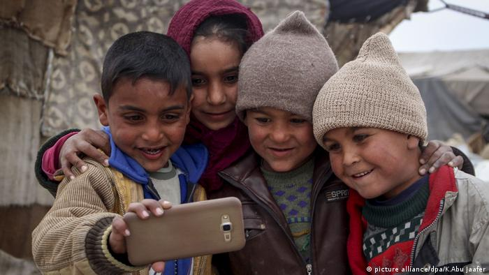 Syrian Kinder Smartphone (picture alliance/dpa/K.Abu Jaafer)