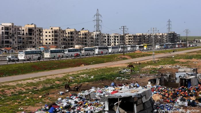 Syrien Busse transportieren Flüchtlinge nach Jibrin