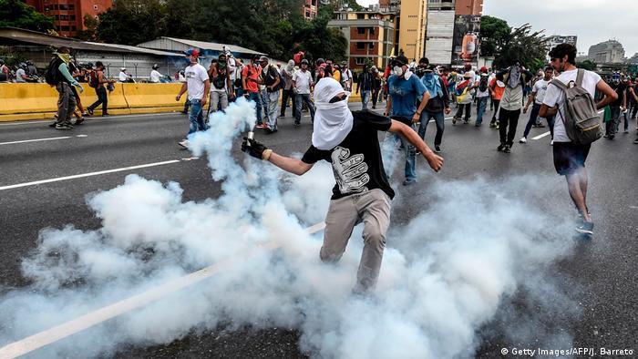 Столкновения демонстрантов с полицией в Каракасе 20 апреля 2017 г.