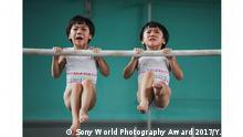 Erster Platz im Wettbewerb Sport, Fotograf: Yuan Peng, China. Image Name: The twins' gymnastics dream Photographer Name: Yuan Peng Year: 2017 Image Description: <p>This series was taken in a sports school in Jining, in Shandong province, China. Liu Bingqing and Liu Yujie are twin sisters, who have liked gymnastics since their childhood. They have studied, trained and grown up here.</p> Series Name: The twins' gymnastics dream Series Description: This series was taken in a sports school in Jining, in Shandong province, China. Liu Bingqing and Liu Yujie are twin sisters, who have liked gymnastics since their childhood. They have studied, trained and grown up here. Copyright: © Yuan Peng, China, 1st Place, Professional, Sport, 2017 Sony World Photography Awards