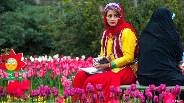 Iran Frau zwischen Tulpen