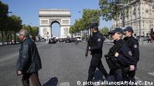 Bewaffnete Polizisten gehen am 21.04.2017 in Paris (Frankreich) über die Champs Elysees. Ein Angreifer hatte am 20.04.2017 das Feuer auf Polizisten auf dem Prachtboulevard Champs-Élysées eröffnet und einen Beamten getötet. Der Angreifer wurde von derPolizei erschossen. Foto: Christophe Ena/AP/dpa +++(c) dpa - Bildfunk+++ |