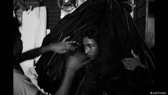 Bekleidungsarbeiter trägt Jeans - Schwarzweiß-Foto von Jost Franko (Jost Franko )