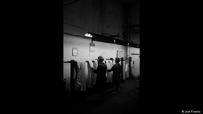 Rumänische Textilarbeiter, Schwarzweiß-Foto Jost Franko (Jost Franko )