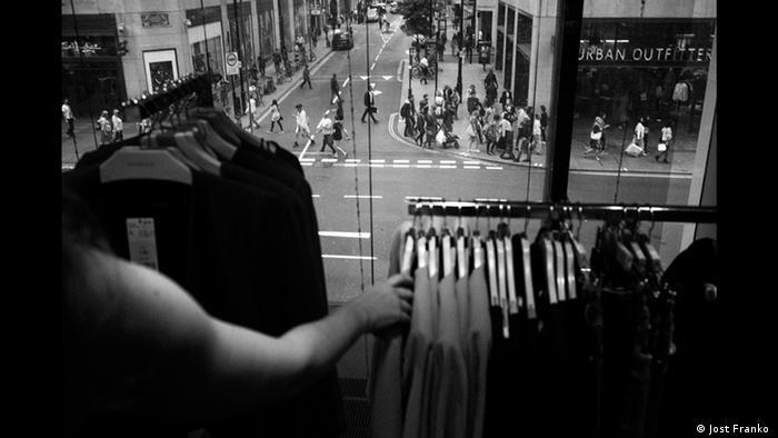 Bekleidungsgeschäft in London, Schwarzweiß-Foto von Jost Franko (Jost Franko )