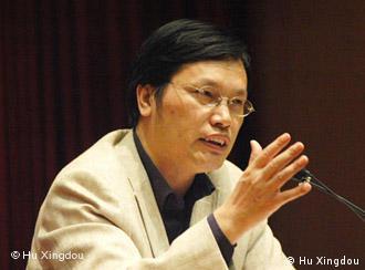 anbei sind 3 Fotos von dem Professor Hu Xingdou, der Experte für China-Frage ist. Copyright by Hu Xingdou. Schöne Grüße YangYingv 3 Bilder, die ich gerade per eMail geschickt habe, können wir ruhig benutzen. Ich habe meine Radiokollegin angerufen. Sie betont, dass der Professor uns die Bilder geschickt hat. So muss es kein Problem geben, wenn die Bilder auf unserer Seite stehen.