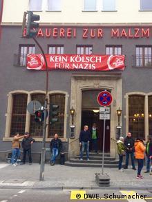 Deutschland Köln vor AfD-Parteitag   Aktion Kein Kölsch für Nazis, Großes Banner vor der Malzmühlen-Brauerei