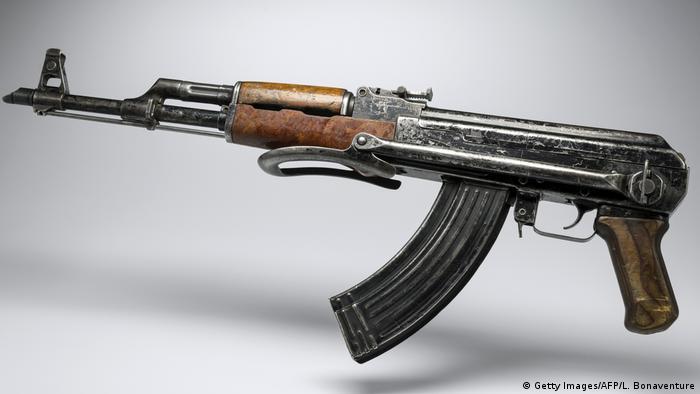 Frankreich AK-47 Maschinengewehr in Paris